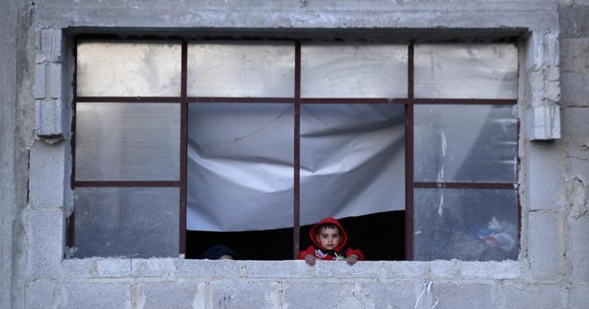 Un bambino sfollato con la sua famiglia a Goutha, la zona colpita dall'ultimo attacco chimico che ha  portato al  raid